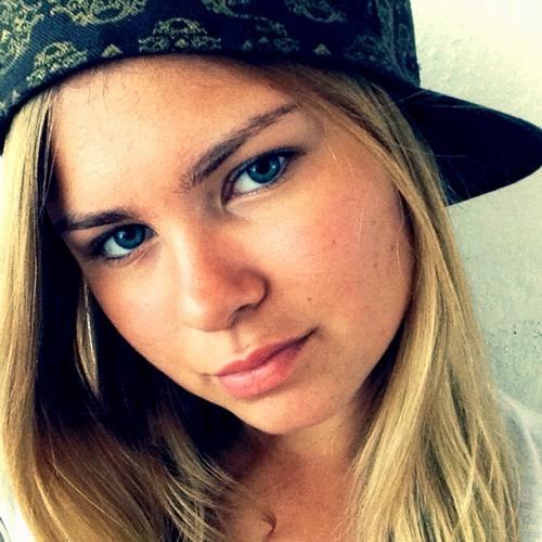 Hella Dore's avatar
