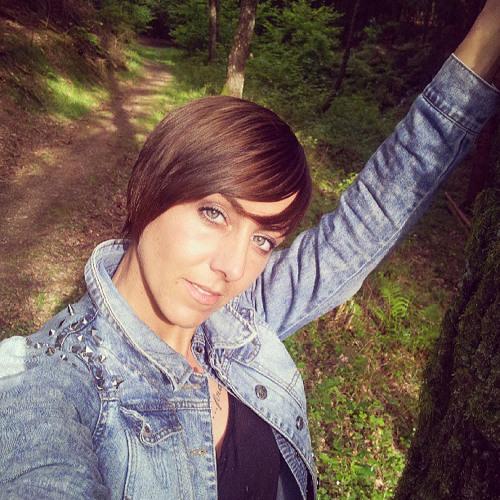 Daniela Alana's avatar