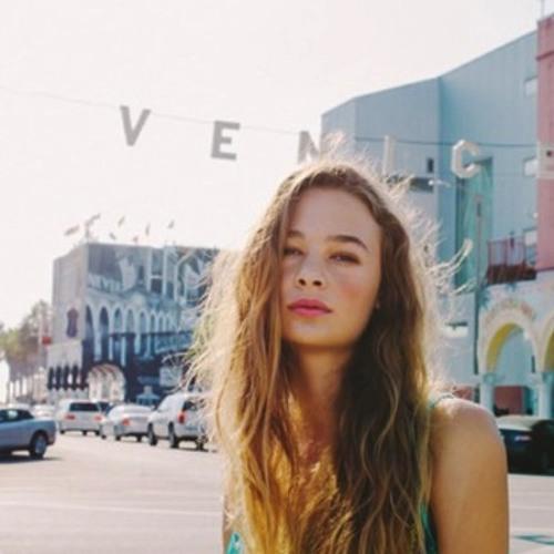 Carolyne Hoff's avatar
