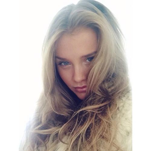 Lily Lara's avatar